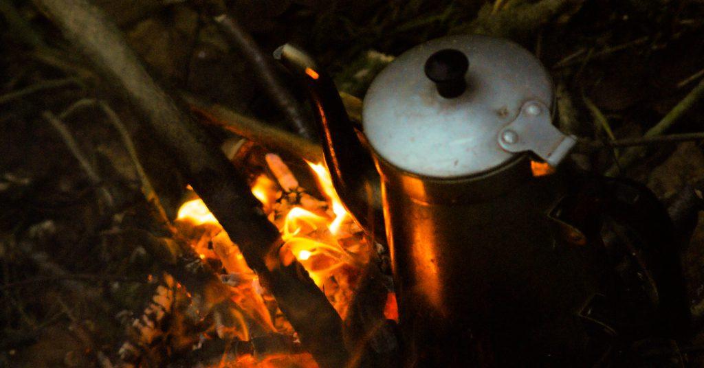 Kaffekedel på bål. vaerude.dk