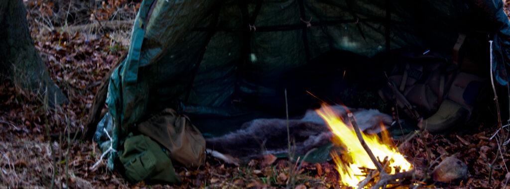 Shelter eller bivuak med bål foran